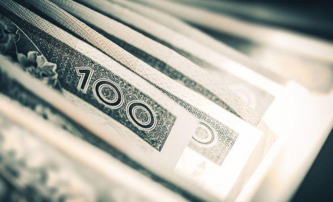 Wszyscy zarobią na funduszach inwestycyjnych - banknoty 100 zł - opłaty w funduszach inwestycyjnych