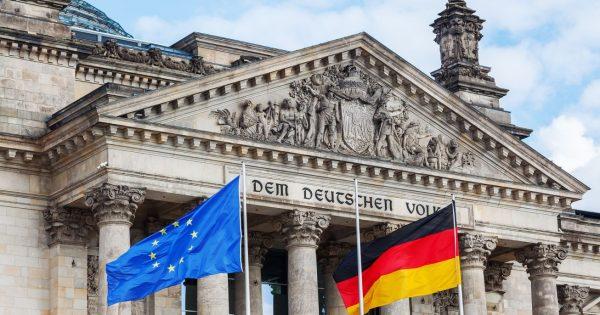 Reichtag Berlig, flaga Niemiec i Unii Europejskiej - niemiecka gospodarka